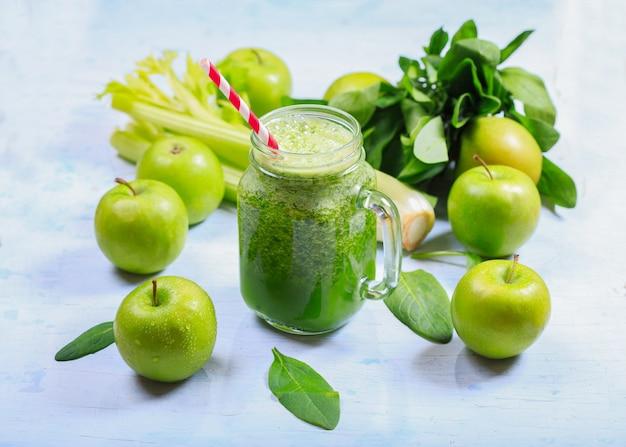 Банка зеленого смузи с яблоком, сельдереем и шпинатом