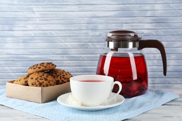 Банка травяного чая и печенья на столе