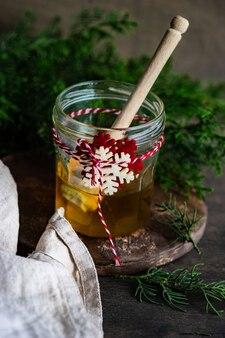 蜂蜜の瓶とクリスマスの飾り