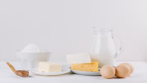 ミルクの瓶。チーズ;小麦粉と卵のパイ作り