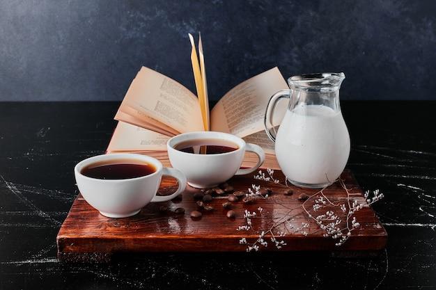 여과 된 커피와 우유 병