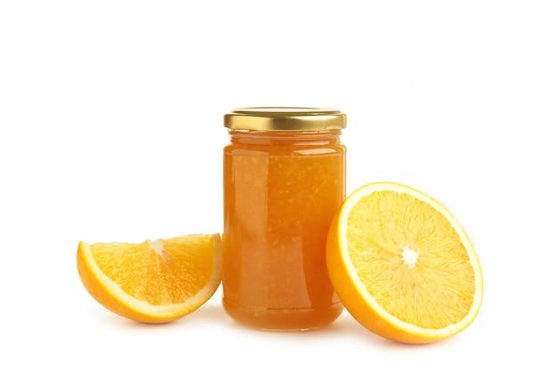 흰색 배경에 고립 된 오렌지 잼의 항아리입니다. 평면도