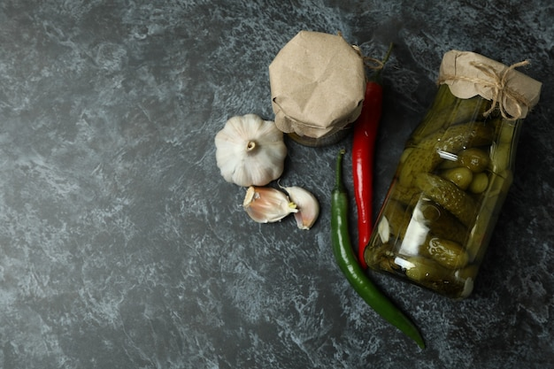 きゅうりのピクルスと黒スモーキーの材料の瓶