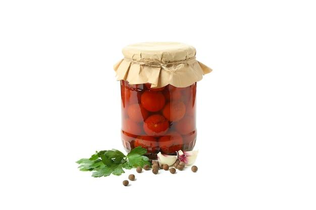 白い背景で隔離のトマトと食材のピクルスの瓶