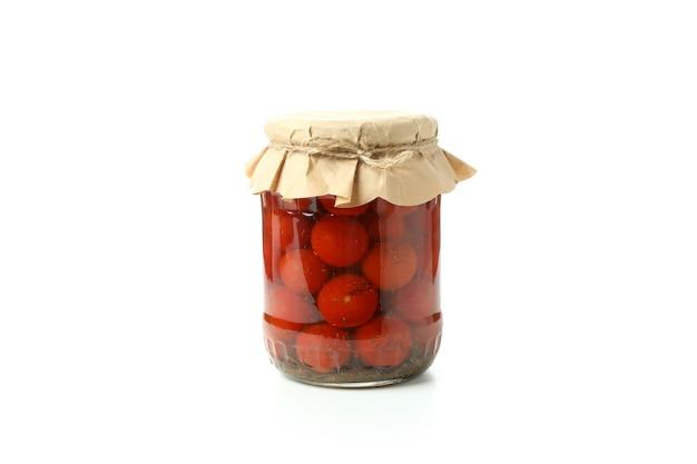 白い背景で隔離のトマトのピクルスの瓶