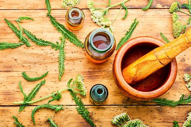 ノコギリソウチンキの瓶。癒しのハーブから作られた薬。代替医療の概念