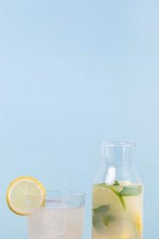 コピースペースと柑橘類の飲み物の瓶