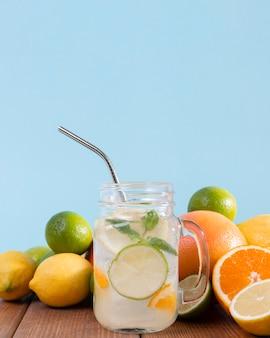 柑橘類の飲み物が付いている瓶