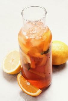 Vaso con tè freddo e limone