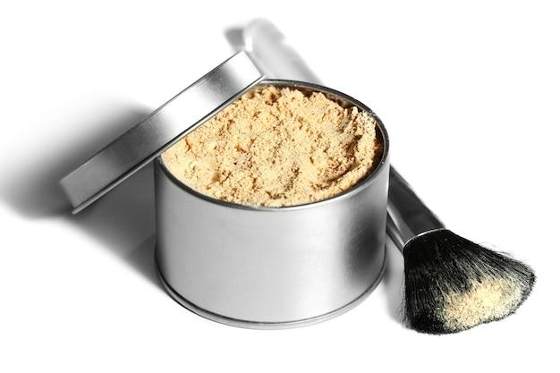 Баночка с рассыпчатой косметической пудрой и кистью для макияжа, изолированные на белом