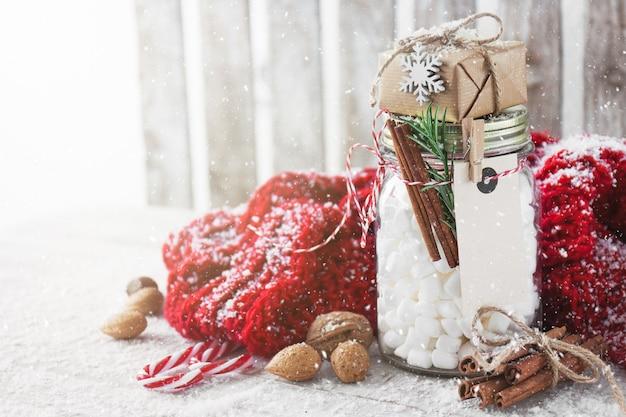 Баночка с зефиром и небольшой подарок с рождественских украшений,