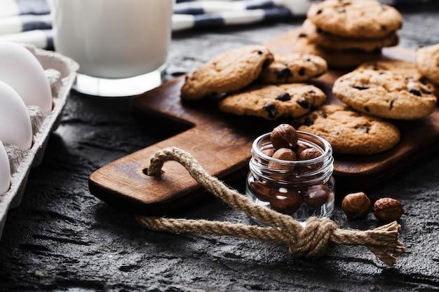 おいしいクッキーの横にナッツの入った瓶