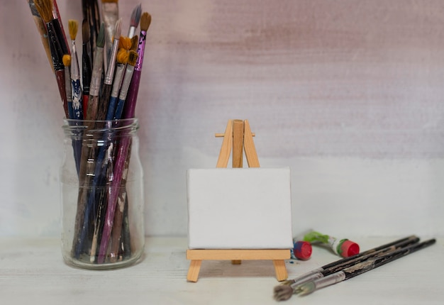 絵筆と帆布の瓶