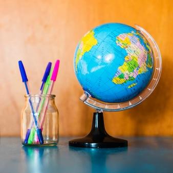 Ящик с ручками около земного шара