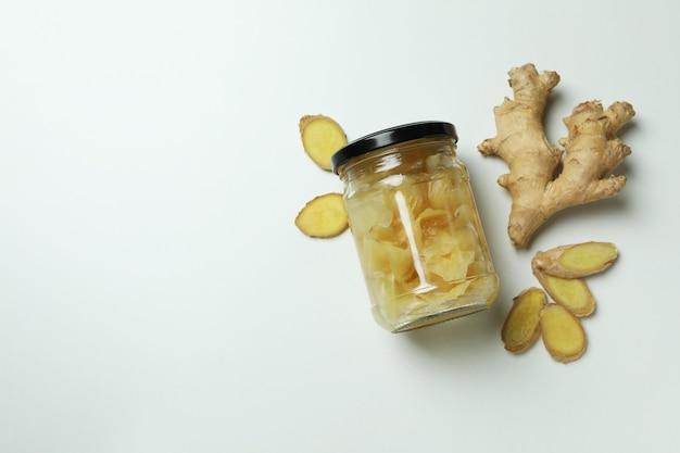 生姜のピクルスと白い表面に生姜の瓶