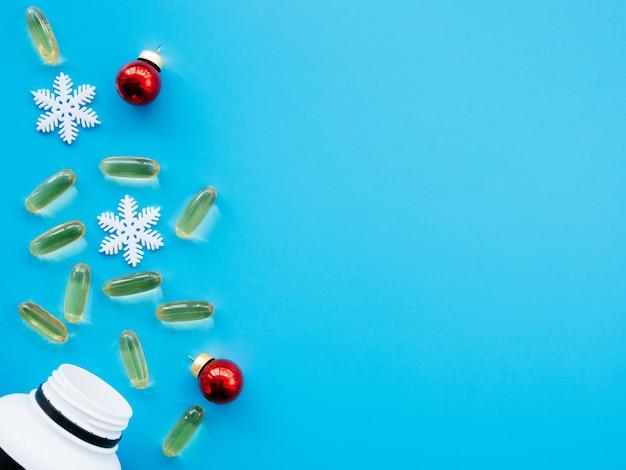 丸薬とクリスマスの装飾が施された瓶