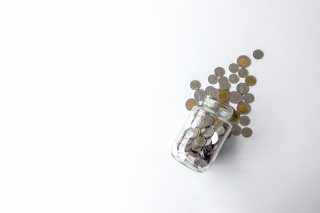 テーブルの上のタイのコインと瓶