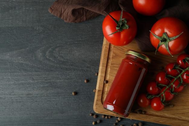 토마토 페이스트와 토마토 나무 테이블에 항아리