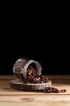 Банка с грецкими орехами на деревянной доске