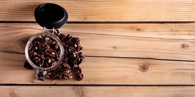 Vaso con noci su tavola di legno, vista dall'alto