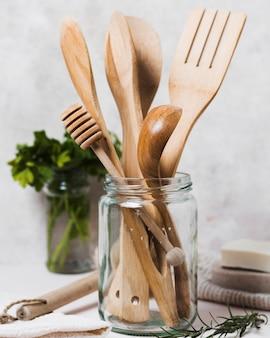 木製カトラリーとパセリの瓶
