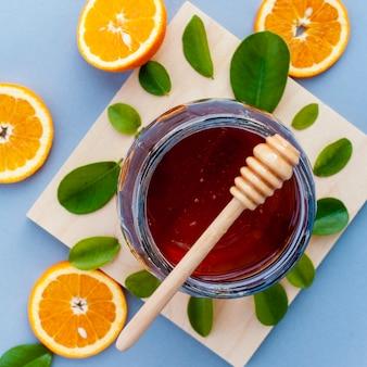蜂蜜とオレンジスライスのトップビューjar