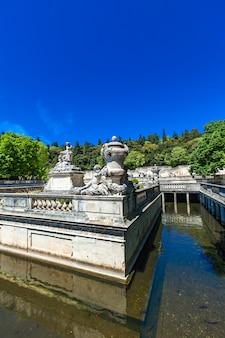 フランスニームのjardin de la fontaineの美しい噴水