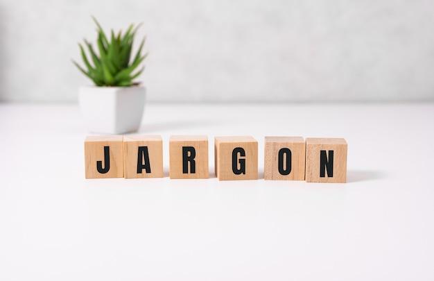 文字と木製のブロックから専門用語の単語