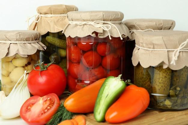 Банки маринованных овощей и ингредиентов, крупным планом