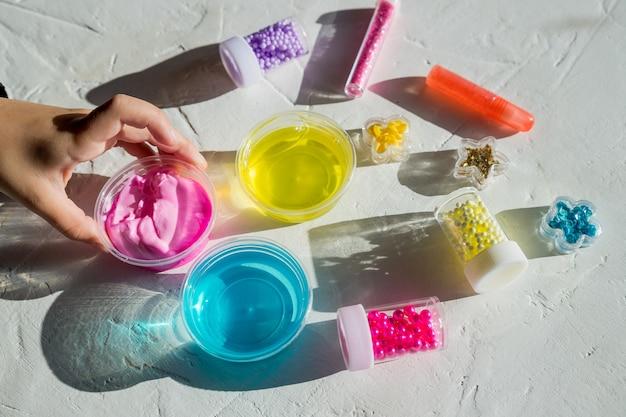 スパンコールとビーズの瓶。子供のおもちゃ、ゲーム。教育と余暇