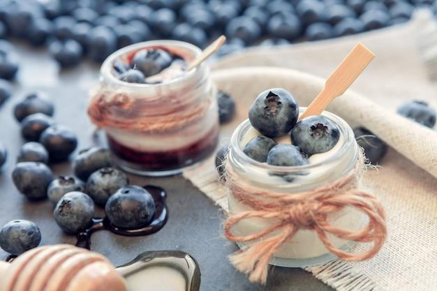 Баночки йогурта с черникой, медом и шоколадом