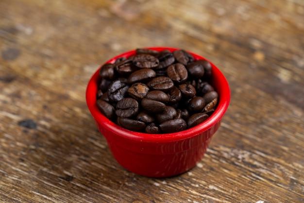 Банки с зернами кофе в зернах