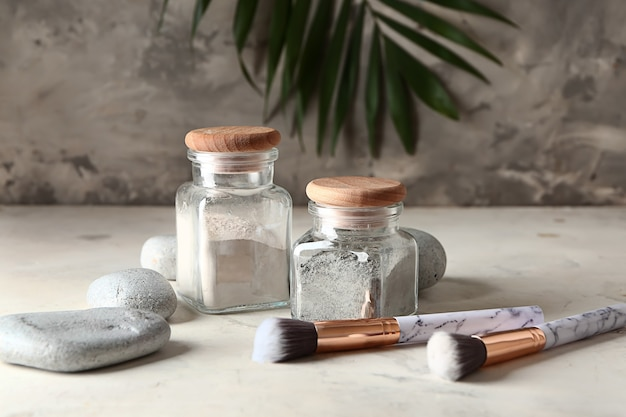 화장품 점토, 돌과 테이블에 브러쉬 항아리