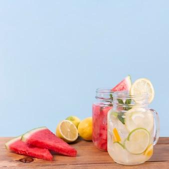 テーブルの上の新鮮な果物の飲み物の瓶