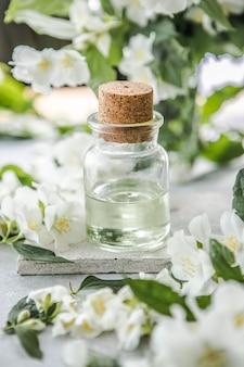 ジャスミンエッセンシャルオイルと新鮮なジャスミンの花の代替医療