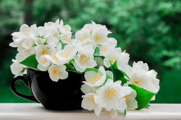 黒いカップにジャスミンの花