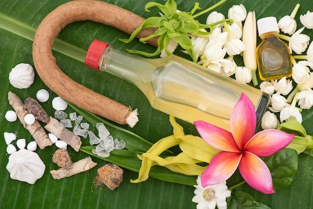 재스민 화환과 물, 향수, 말리 석회암, 송크란 축제 또는 태국 새해를 위해 바나나에 파이프 건을 장식하고 향기로운 물 그릇에 다채로운 꽃.