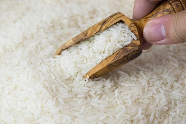 Рис жасмина в деревянном ковше
