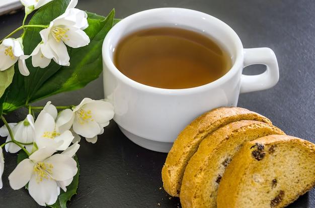 Жасминовый чай с гренками и цветами жасмина