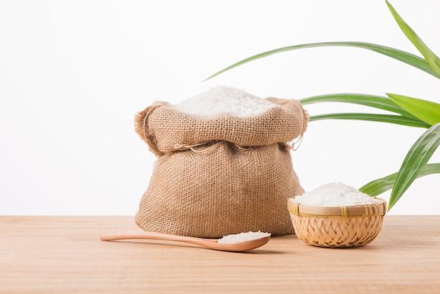 흰색 배경에 고립 된 자루에 재스민 흰 쌀