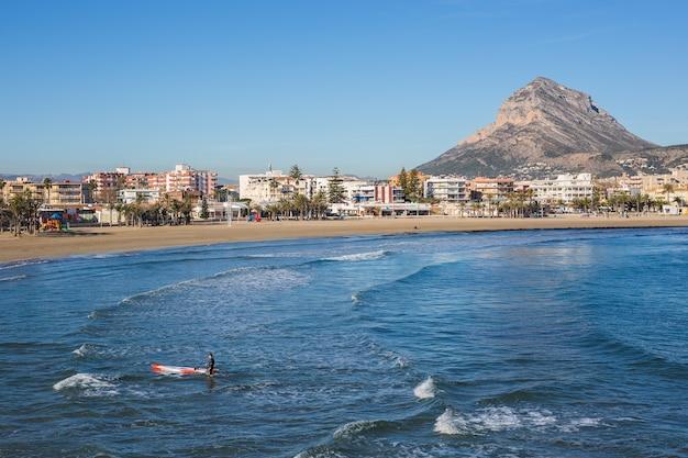 スペイン、アリカンテの地中海にあるハベアハベア村