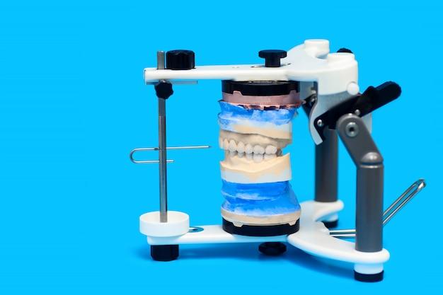 青の特別な医療機器で顎をキャスト