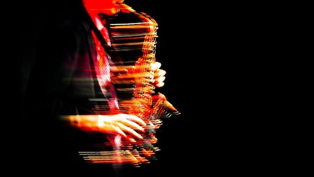 재즈 음악 개념입니다. 무대에서 공연하는 색소폰 연주자. 미친 색소폰 연주자. 추상 모션 흐리게 이미지입니다.