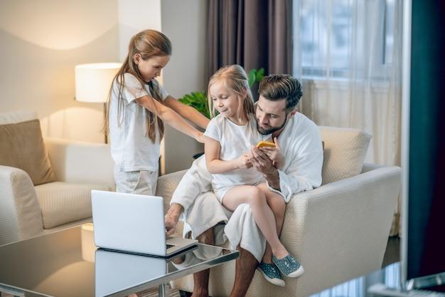 Ревнивый. две девушки соревнуются за внимание своих отцов
