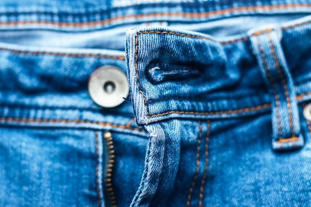 ジッパーが開いたジーンズフロント。
