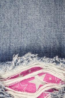 Джинсы порваны джинсовой текстурой.