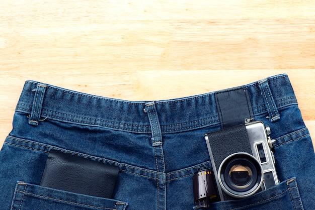 カメラと財布付きジーンズズボンのポケットに入れて