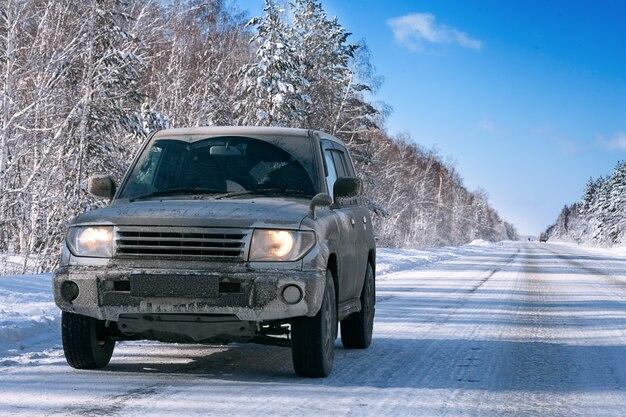 冬の道のジープ