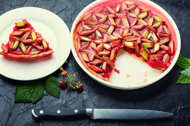 ルバーブの茎とラズベリーのゼリー状のパイまたはケーキ。夏の甘いデザート。