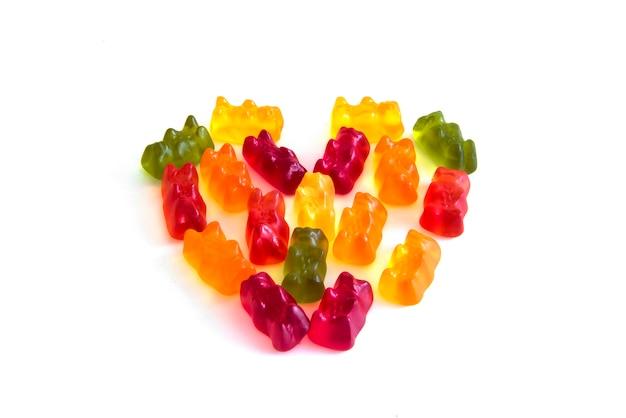 심장 모양 스타일 측면보기에서 젤리 곰 모양 거미 사탕 믹스 과일 맛 흰색 배경에 고립